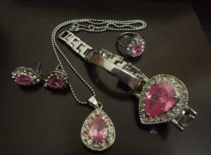 Set Perhiasan Batu Kalimantan - Pink Harga: Rp. 450.000,- / set Terdiri atas : Kalung, gelang, cincin dan anting